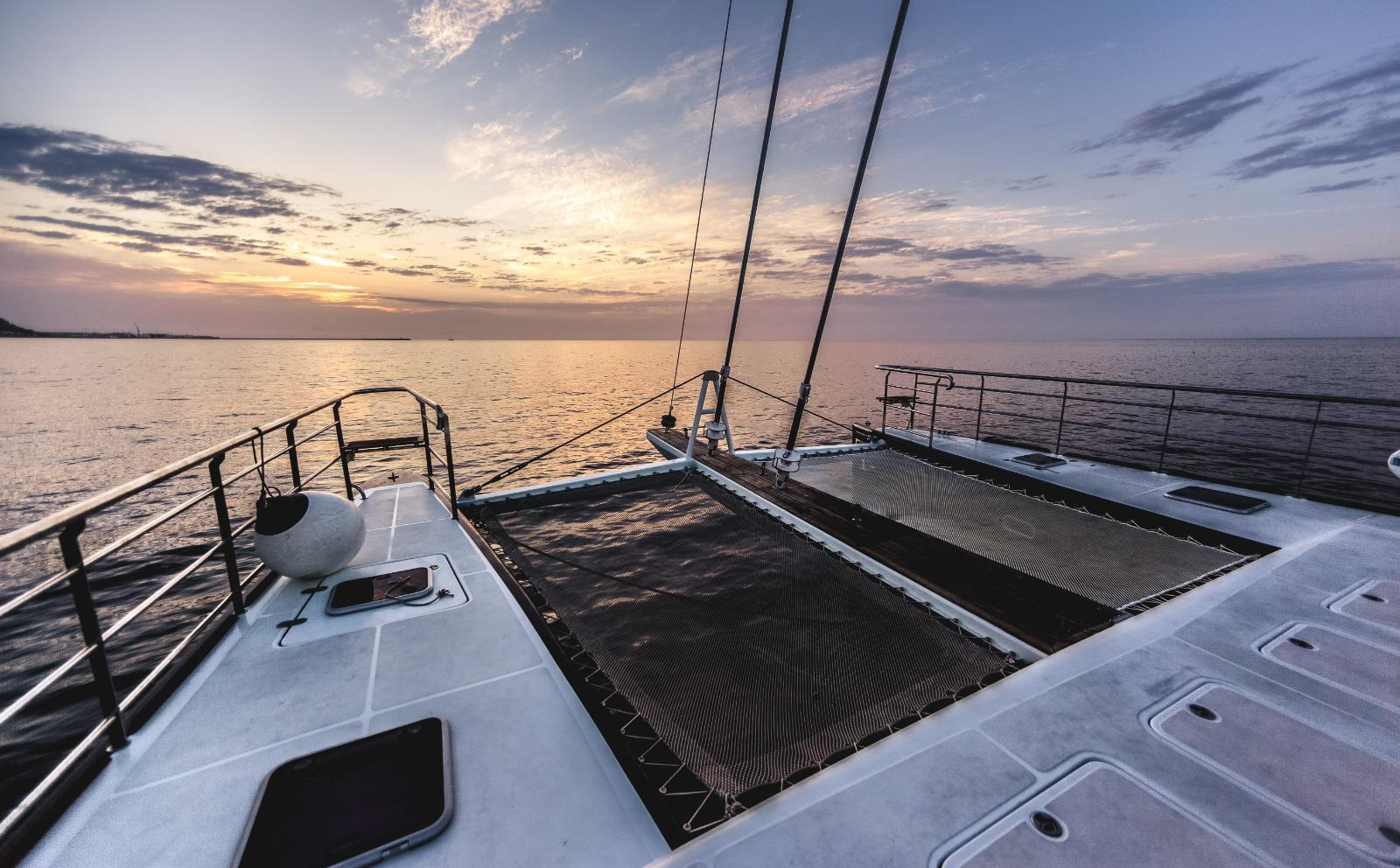 Diseño moderno con rediseño en 2015. Uno de los mejores catamaranes para charter en Ibiza y Formentera.