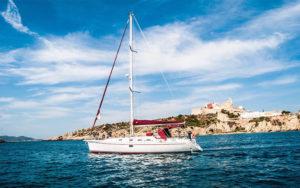 El Velero Dufour Gib Sea 43 construido en el 2001 fue totalmente renovado en 2016, y así se ha convertido en uno de nuestros veleros más deseados para navegar entre Ibiza y Formentara de forma cómoda, fácil y segura.