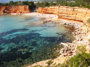 Cuenta con varias casetas de pescadores, es también hogar de las ruinas del primer asentamiento fenicio en Ibiza, fechado en el 654 a.C. Declarado Patrimonio de la Humanidad por la UNESCO en 1999,